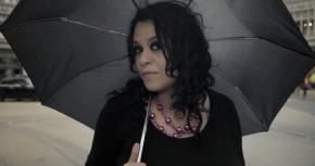 «É» en clip : Tulipa Ruiz sous la pluie deLondres
